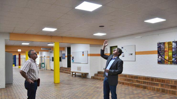 """Gleichmäßig ausgeleuchtet ist jetzt die """"Schulstraße"""" in der Schule am See in Twist. Manfred Book (links) vom Fachbereich Gemeindeentwicklung und Bürgermeister Ernst Schmitz informieren sich. Foto: Manfred Fickers"""
